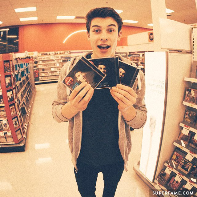 Shawn Mendes holds Handwritten copies.