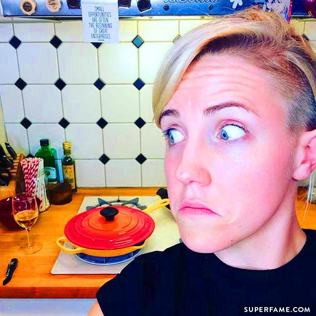 Hannah Hart cooks.