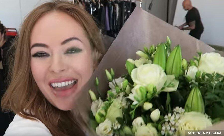 Jim sent Tanya flowers during the shoot.