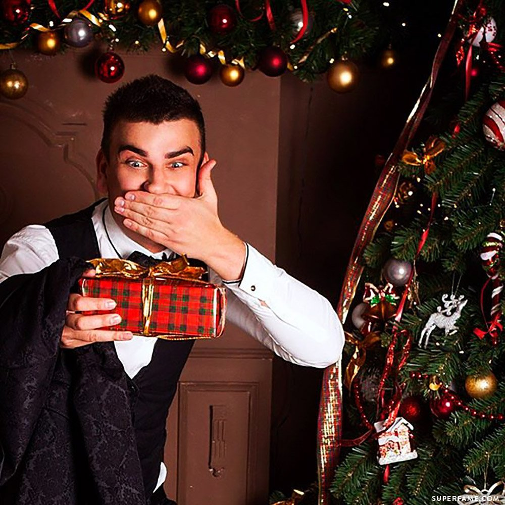 Christmas: Maksim Burmatov receives a gift. (Photo: Instagram)