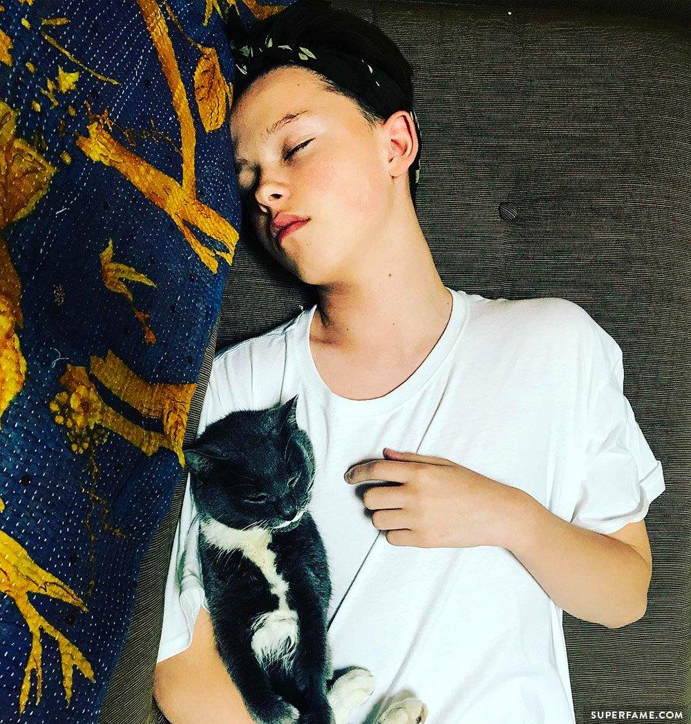Jacob Sartorius with cat.